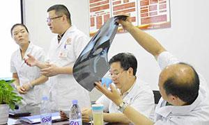 张政主任与中国中医科学研究院北京广安门医院风湿免疫科张华东主任医师联合为类风湿患者会诊,分析病情,并为患者制定个体化治疗方案