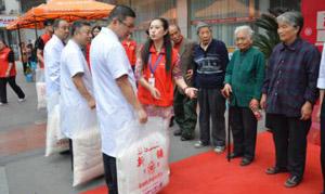 重阳节公益活动,蒙兴文主任等代表医院向老人捐赠物资