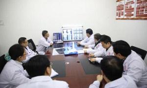 蒙兴文主任联合我院多学科医生会诊,分析患者病情并制定个体化治疗方案