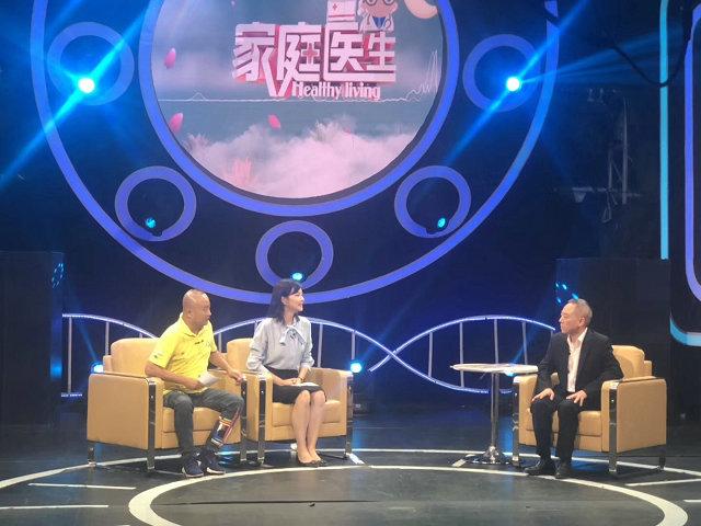 (图:陈建春主任受邀做客SCTV-7《家庭医生》栏目,现场深度剖析痛风专业防治知识)
