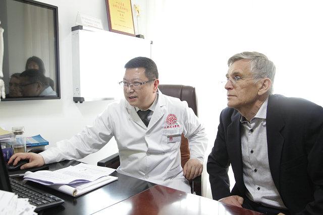 张政主任与国际风湿免疫学著名专家学者Rikard Holmdahl教授交流.JPG