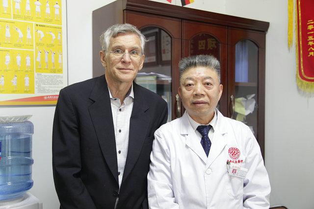 蒙兴文主任与国际风湿免疫学著名专家学者Rikard Holmdahl教授交流.JPG
