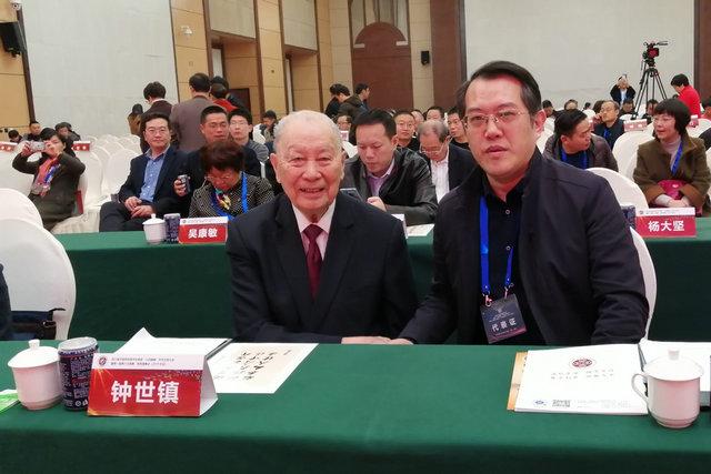 (图:冉然主任与中国工程院院士、第六届全国人大代表、南方医科大学教授钟世镇院士就痛风病学的科研与诊疗新进展进行交流。)